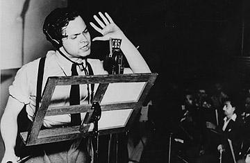 Orson Welles durante su famosa transmisión - 1938