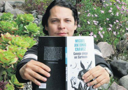 Miguel Antonio Chávez publicó su novela con Mondadori; actualmente reside en Quito. Patricio Terán / EL COMERCIO