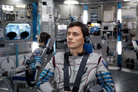 Karoline Wydra y Christian Camargo  en el interior de la nave que los transporta a Júpiter.