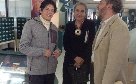 Cristián Londoño (autor de Los Improductivos), junto a Catalina Sojos y Eliécer Cárdenas, durante la presentación del libro en Cuenca.