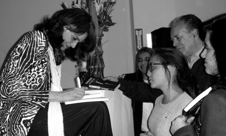 Gabriela Alemán firmando libros