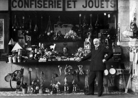 Méliès y su esposa Jeanne d'Alcy en el quiosco callejero de juguetes de la Gare Montparnasse que regentaban, antes de ser descubiertos por León Druhot, director de Ciné Journal