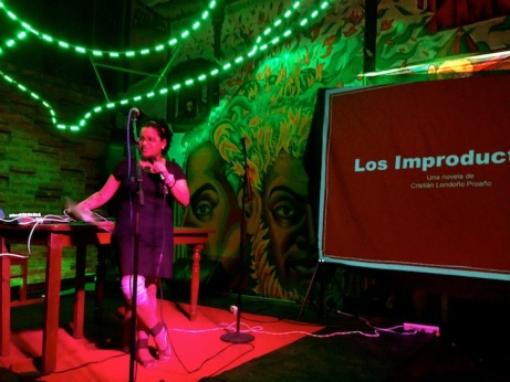 La autora de este comentario durante la presentación de la obra, en formato digital, en la ciudad de Guayaquil.