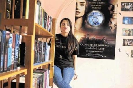 Karen Alcócer, de 20 años, ha creado su propia biblioteca en su casa, ubicada en Durán. Su colección de obras, adquiridas en cinco años, suma 158 libros de ficción. Foto: Miguel Castro | El Telégrafo