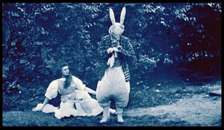 Fotograma de Alice in Wonderland (1903) de  Cecil Hepworth y Percy Stow.
