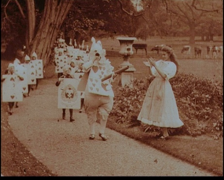 Fotograma del film Alice in Wonderland (1903) de Cecil Hepworth y Percy Stow.
