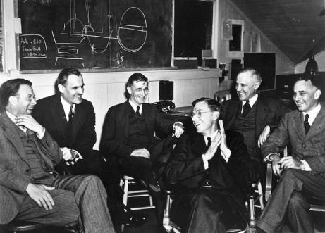 """Robert Oppenheimer, Niels Bohr, Enrico Fermi, Ernst Lawremce, y varios otros destacados científicos del """"Proyecto Manhattan"""" (Tomado de http://bombaatomicastj.blogspot.com/)"""
