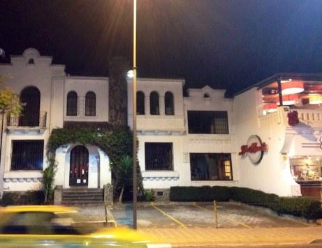 El local de Libri Mundi, en la calle Juan León Mera, a las 19:00 de un sábado cualquiera.