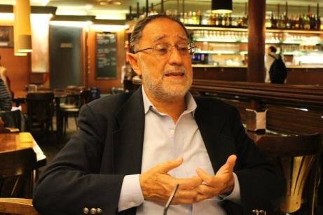 El novelista ecuatoriano Carlos Arcos Cabrera, en entrevista con Miguel Molina. Barcelona, noviembre del 2013. Foto de María Augusta Albuja.