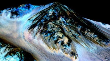 La imagen de la superficie de Marte captada por el MRO (Mars Reconnaissance Orbiter) detalla rayas oscuras que serían fluidos de agua. Cortesía: NASA