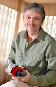 """El escritor de """"¡Diodati, idiota!"""", Rodolfo Salazar Ledezma (Foto: tomado del diario El Universo, Guayaquil-Ecuador)."""
